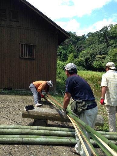 竹割り器による竹割り